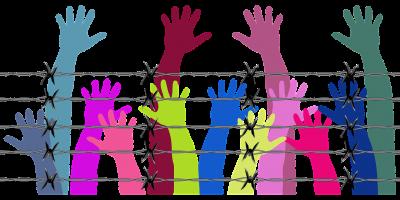 刑務所に捕らわれている人たちの手